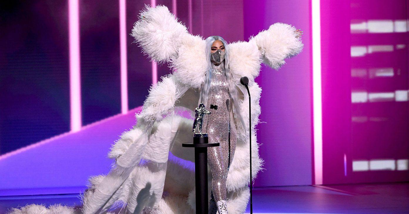 Η LADY GAGA ΟΔΗΓΕΙ ΤΗΝ ΚΟΥΡΣΑ ΓΙΑ ΤΑ MTV EMA 2020.